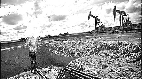 10月以来,原油价格重心不断攀升,WTI和Brent均创两年以来的新高,一度触及59美元/桶和64美元/桶。11月30日,在奥地利举行的第三次OPEC和非OPEC主要产油国的会议上,最终达成一致,将减产协议延长至明年年底。同时,会议明确表示,利比亚和尼日利亚两国明年的原油产量不会超过今年,这无疑给市场吃了一颗定心丸。不过,原油市场的利空因素也不容忽视。