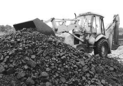今年以来,动力煤期货主力合约总体呈现单边下跌走势。从基本面来看,经过春节期间的集中补库以及3月以来下游开工恢复不及预期,电厂库存基本维持在20天以上的安全水平,在长协煤能够满足电厂需求的情况下,港口市场成交惨淡,传递到上游导致坑口价格加速下跌,动力煤淡季行情提前启动。从期现价差来看,当前北方港口5500大卡现货价格跌速超过期货盘面价格,随着交割月临近,动力煤1805合约仍有进一步下行的空间。