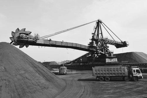 """对于辛集市澳森钢铁有限公司(下称澳森钢铁)和浙江热联中邦供应链服务有限公司(下称热联中邦)来说,灵活使用基差进行贸易为供销双方带来了双赢局面。在大商所支持的""""2017年基差贸易试点项目""""中,澳森钢铁和热联中邦以大商所铁矿石期货价格为标的,以基差为纽带,成功实现了期现货市场定价的创新,为国内铁矿石贸易提供了非常重要的经验。"""