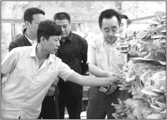 图为对安徽金寨县双石实验学校捐赠现场合影